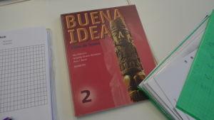 Den här boken används i spanskundervisningen i Brändö.