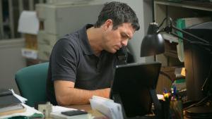 Mark Ruffalo sitter vid sin dator och talar i telefonen