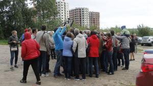 Representanter för massmedierna trängs runt Jablokos partiledare Grigorij Javlinskij och Anatolij Golov.