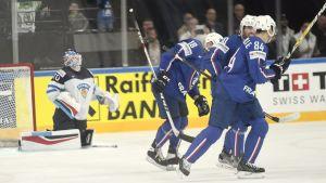 Joonas Korpisalo deppar, franska spelare firar.