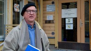 Thomas Rosenberg utanför Lovisa huvudbibliotek