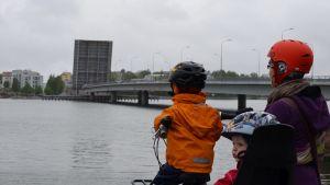 Tanja Pirhonen tog med sig sina barn för att se på när Drumsö bro öppnades.