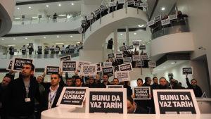 Antällda vid tidningen Zaman och anhängare till Fethullah Gülen väntar på att polisens räder mot medier ska inledas. 14.12.2014