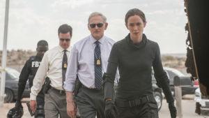 tuff agent-kvartett på väg att undersöka mordplatsen