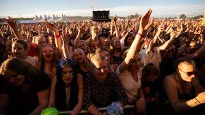 Publiken på Ruisrock lyssnar på Antti Tuisku