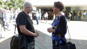 Center-ministern Anne Berner möter folket på gågatan i Jyväskylä, sommaren 2015