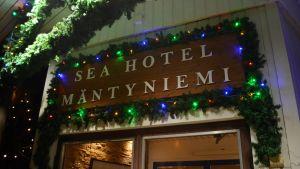 Ingången till hotell Mäntyniemi.