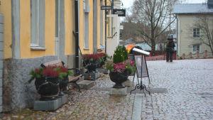 Restaurang Gabriel 1763 har krukor och stolar ute på gatuplan
