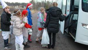 Tontut ja tiernapojat siirtyvät bussiin