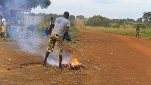 man bränner skräp i norra uganda