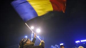 Rumänsk man protesterar mot det planerade korruptionsdekretet i Bukarest.