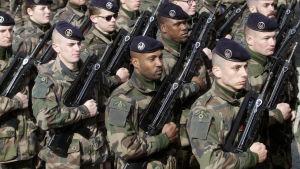 Franska Natosoldater under en parad i Tapa i Estland.