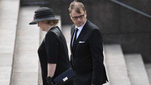 Statsminister Juha Sipilä och hustrun Minna-Maaria Sipilä anländer till Mauno Koivistos jordfästning i Helsingfors domkyrka den 25 maj 2017.