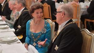 Drottning Silvia diskuterar med president Martti Ahtisaari vid middagen i Presidentens slott i Helsingfors den 1 juni 2017.