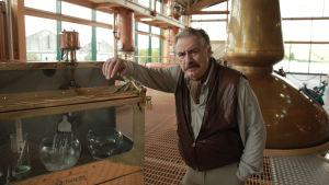 Näyttelijä Brian Cox viskitislaamossa