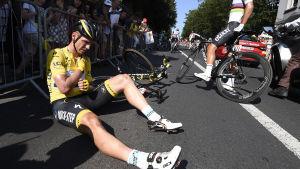 Tony Martin faller i Tour de France 2015.