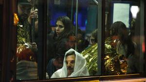 Människor evakueras med buss från Bataclan.