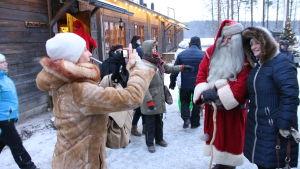 Joulupukki ja turisteja