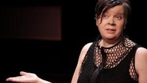 Annika Tudeer från den tvärkonstnärliga teatergruppen Oblivia på scenen.
