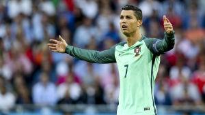 Cristiano Ronaldo slår ut med händerna.