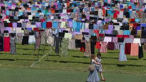 Konstnären Alketa Xhafa Mripas installation som hedrar krigstida våldtäktsoffer, Kosovo 2105.
