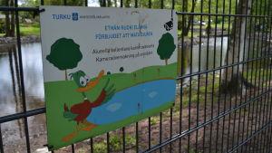 Skylt på ett staket där det står förbjudet att mata djuren.