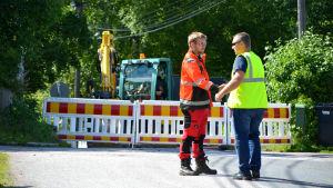 Två arbetande män skakar hand.
