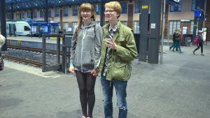 ungt par väntar på m-tåget