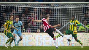 ADO Den Haags målvakt Martin Hansen släppte in två mål mot PSV Eindhoven men stod själv för en osannolik kvittering.