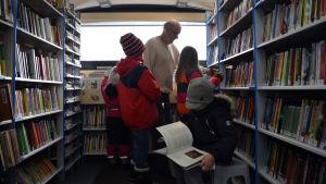 Inne i bokbussen, skolbarn och bokbusschaufför