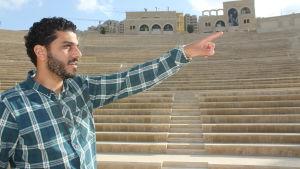 Här står Ibrahim Natour, ingenjör och kontraktchef, inne på Rawabis amfiteater.