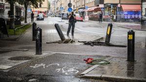 En mindre lastbil som krockade med en taxibil på Götgatan i Stockholm och sedan smet från olycksplatsen orsakade ett stort polispådrag den 13 juni 2017.