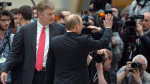 Dmitri Peskov och Vladimir Putin.