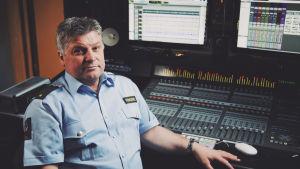 Kriminalvårdare Rune Ulfeng framför ett mixerbord inne i musikstudion i det norska fängelset Halden.