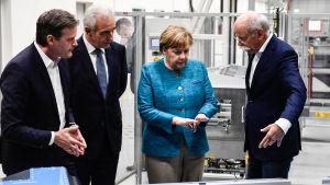 Tysklands förbundskansler Angela Merkel tillsammans med bland annat Markus Schaefe från Mercedes Benz och Dieter Zetschefrån Daimler AG.