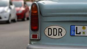 En Trabant från DDR-tiden med beteckningen L för Leipzig på registerplåten.
