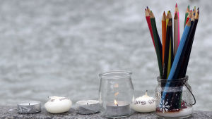 Minnesföremål på Place Royale i Nantes under en manifestation till minnet av terroroffren på satirtidningen Charlie Hebdo.