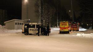 Polisoperation i stadsdelen Myllyoja efter yxdråpen i Uleåborg den 14 januari 2015.