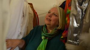 Bridget Kimak tittar bland kläderna