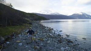 Kalastaja Jäämeren rannikolla.