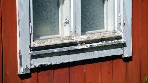 Ett av fönstren vid konstnärshuset i Borgå, målfärgen flagar.