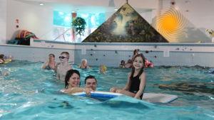 Perhe uimahallissa