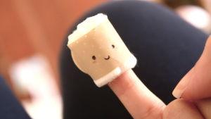 Hymynaamalaastari sormessa.