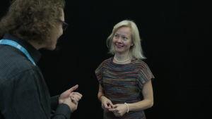 Muumitutkija Sirke Happonen keskustelee toimittaja Jani Tanskasen kanssa. Helsingin Kirjamessut 2015.