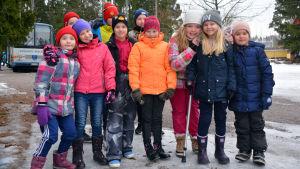 Elever på rad vid Kråkö skola