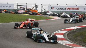 Lewis Hamilton kör före Sebastian Vettel, våren 2017.