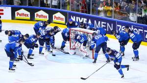 Finlands lag laddar upp runt målvakten Harri Säteri.