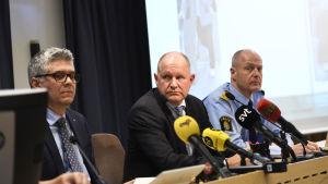 Säpochefen Anders Thornber (till vänster) tillsammans med rikspolischefen Dan Eliasson ( i mitten) i april då de informerade om ett terrordåd mot Åhlens som krävde tre dödsoffer i april