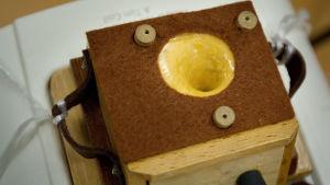 Huovalla päällystetty äänenkeräin ottaa mallinsa klassisesta gramofonitorvigeometriasta.