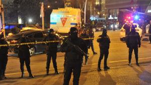 Turkisk polis i Ankara strax efter att den ryska ambassadören Andrej Karlov blivit skjuten.